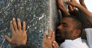 Muslimer tibeder en sten i Mocca